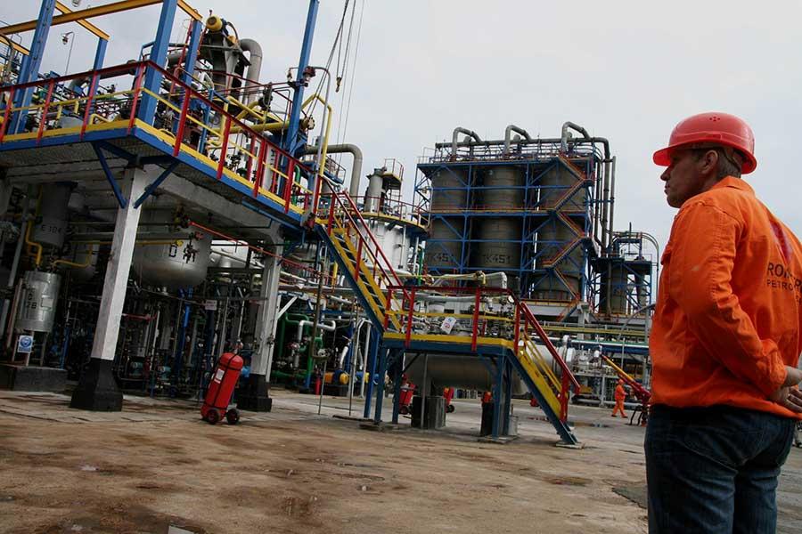 Un angajat al Rompetrol Petrochemicals supraveghează o unitate de producție, la Constanța în 2007. Foto: Mediafax Foto / Florin Gheorghe