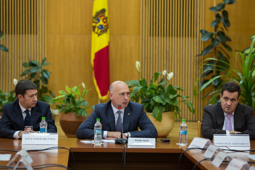 În iulie 2016, Emmanuil Grinshpun (dreapta) a stat la masa guvernului la întâlnirea actualului prim-ministru moldovean, Pavel Filip, cu Comitetul Evreiesc American. (poza: gov.md)