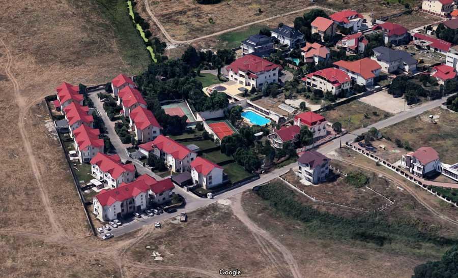 Construcția vilei din Voluntari a început în septembrie 2002, conform imaginilor arhivate de Google Earth. În 2004, vila, piscina și terenul de tenis erau deja finalizate.