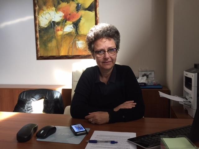 Dr. Sidenco a absolvit o școală de arte și a intrat în medicină înainte de Revoluție, potrivit CV-ului propriu. Apoi a devenit cadru universitar la Facultatea de Medicină din București. E membru în aproape zece organizații medicale non-profit și a publicat articole în mai multe reviste de specialitate. Dr. Luminița Elena Sidenco a avut și activitate politică. Începând cu 1996 a fost membră a Partidului Umanist Român, formațiune devenită apoi Partidul Conservator, controlată de omul de afaceri Dan Voiculescu. Din 2000 a fost vicepreședintele unei filiale din București, iar apoi a primit o funcție de conducere la nivelul Capitalei. Foto: ziare.com
