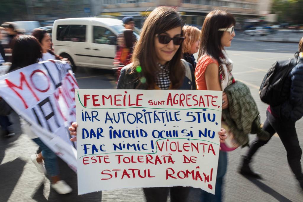 Mai multe persoane participă la un marș pentru prevenirea și combaterea violenței împotriva femeilor - 15 octombrie 2016. Foto: Ana Poenariu, RISE Project