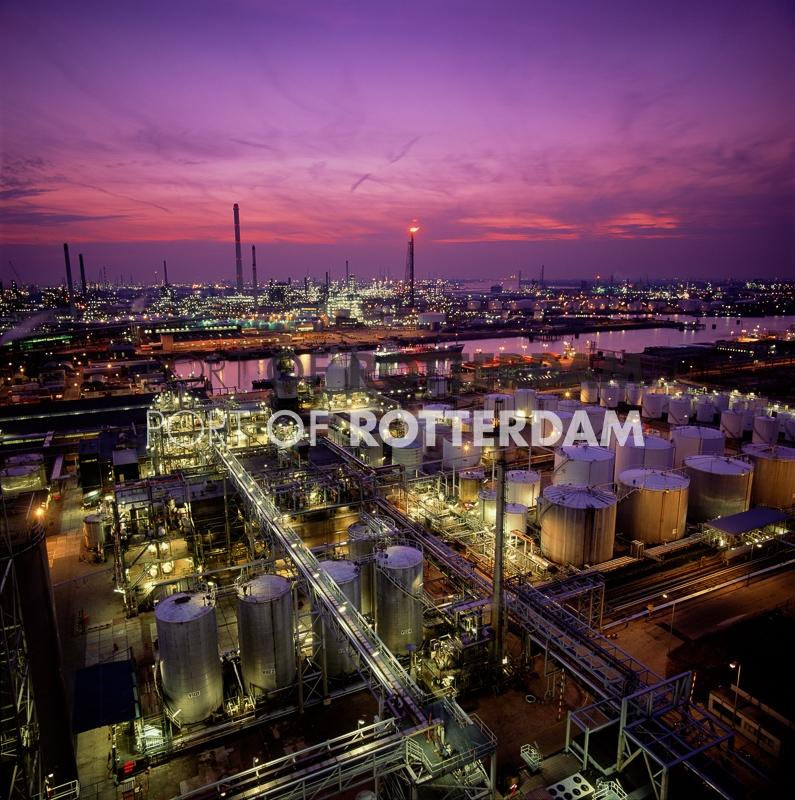 Rotterdam-refineries-by-night (1)