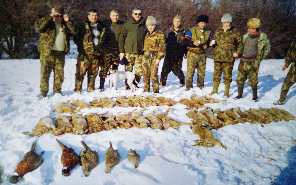 Liviu Dragnea la o vânătoare organizată la începutul anilor 2000, în fondul de vânătoare Între Olturi. Situat în vestul Teleormanului, la granița cu județul Olt fondul are o suprafață de 7,629 de ha și a fost atribuit direct Asociației de Vânătoare Turris. Plătește puțin peste 1300 de euro anual, iar contractul de gestionare expiră în 2021