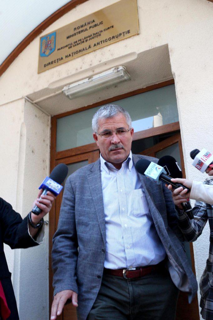 Marian Fișcuci ieșind din sediul DNA în 2014, după ce fusese acuzat oficial de evaziune fiscală