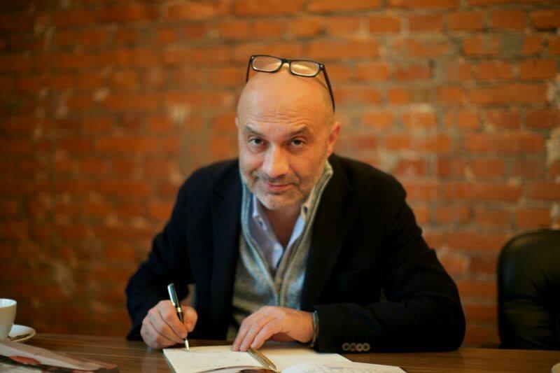 Mario Palmonella a fost acuzat de fraudă, în Italia, la începutul anilor 2000. Acum nouă luni, el s-a implicat, în România, într-o companie IT. Împarte noua afacere cu Carlo Burci, fiul mogulului media Cristian Burci.