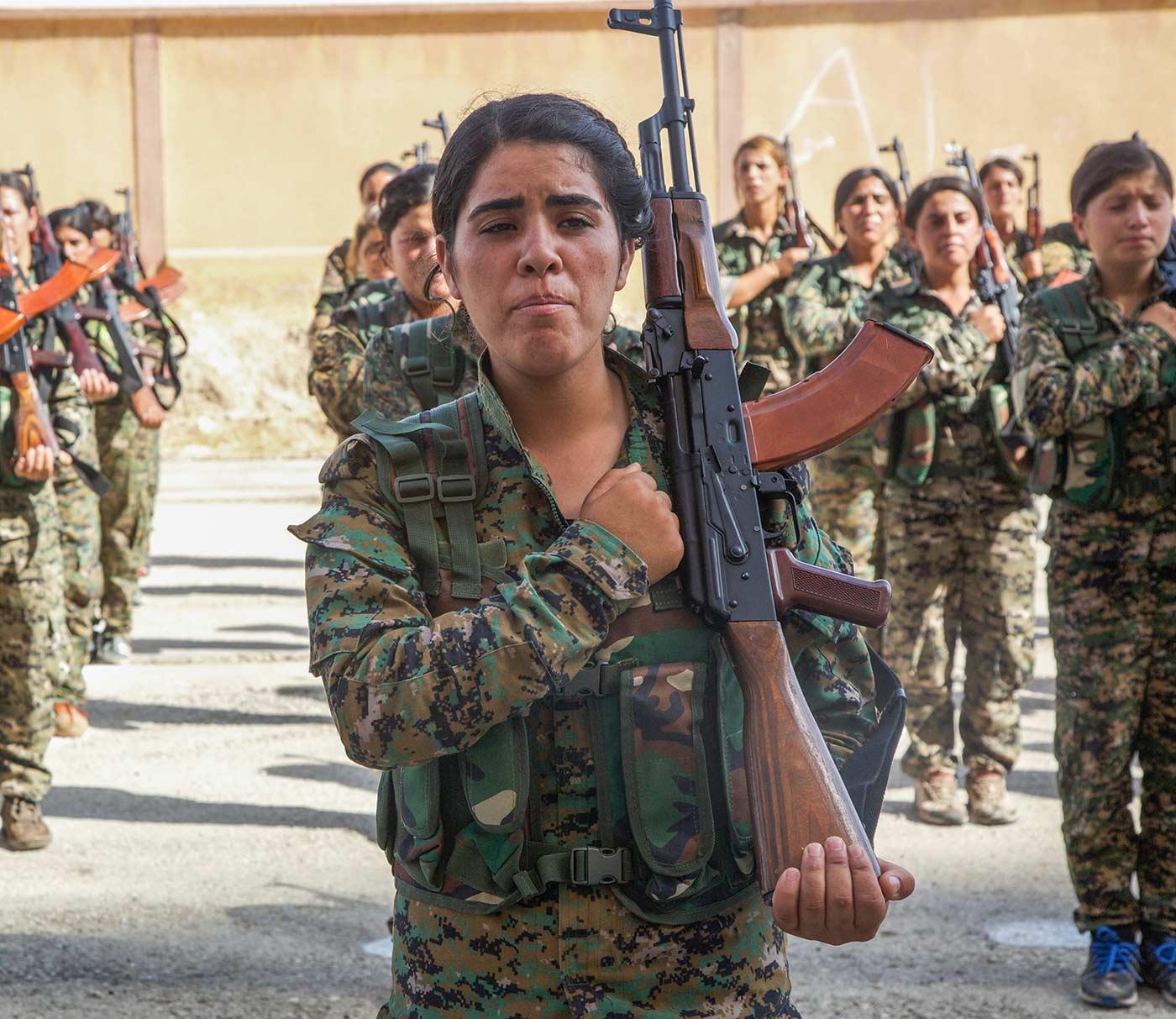 O membră a Forțelor Democrate Siriene în timpul ceremoniei de absolvire desfășurată în nordul Siriei. 9 august, 2017 / Foto: Sgt. Mitchell Ryan pentru US Army