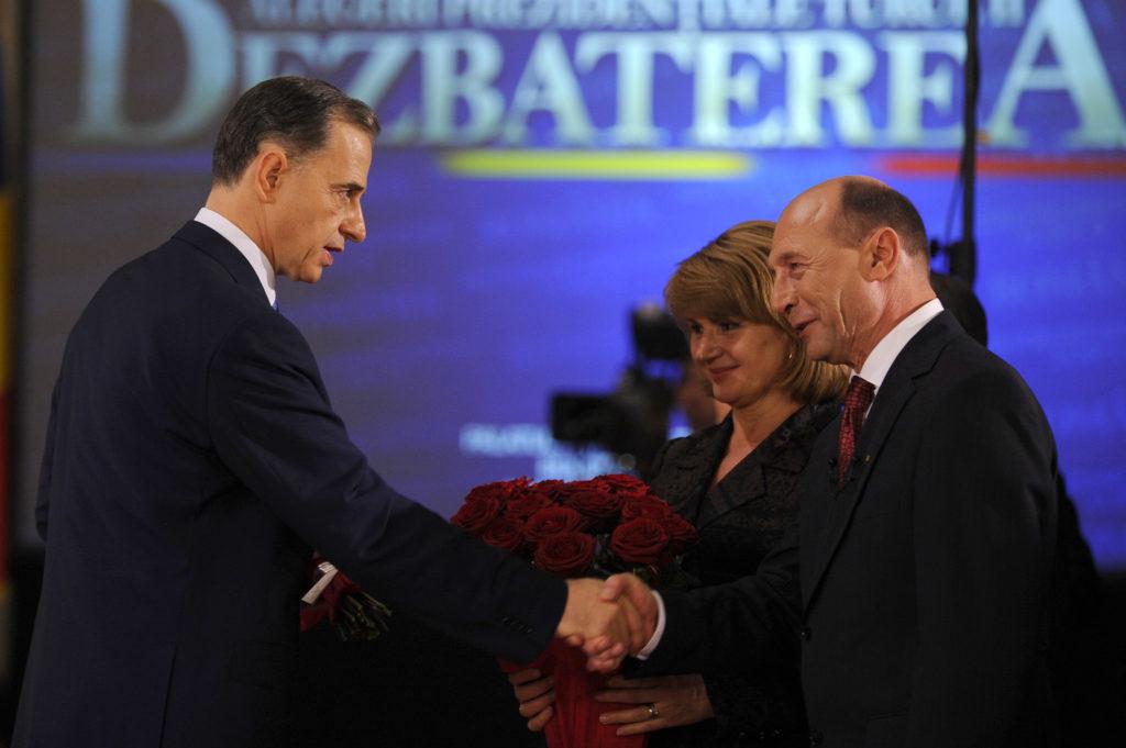 Traian Băsescu și Mircea Geoana la dezbaterea finală a campaniei electorale pentru prezidențialele din 2009. Foto: Mediafax Foto / Răzvan Chiriță