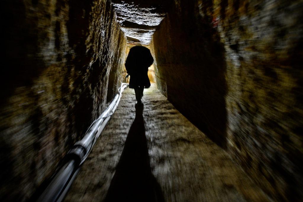 Un miner străbate o galerie din mina Roșia Montană. Foto: Mediafax Foto / Octav Ganea