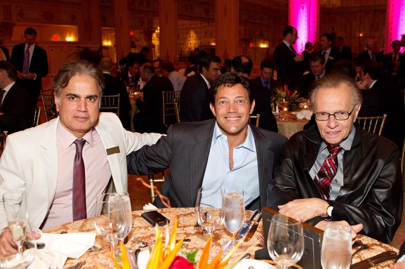 Miliardarul indian Stan Bharti (stânga) coordonează tentativa de preluarea a minei africane Bisha, în timp ce deține proiectul Rovina din Apuseni. În ultimii ani, Bharti a fost consiliat de celebrul Larry King (dreapta), fostul moderator al canalului CNN. Foto: flickr.com / Forbes Manhattan