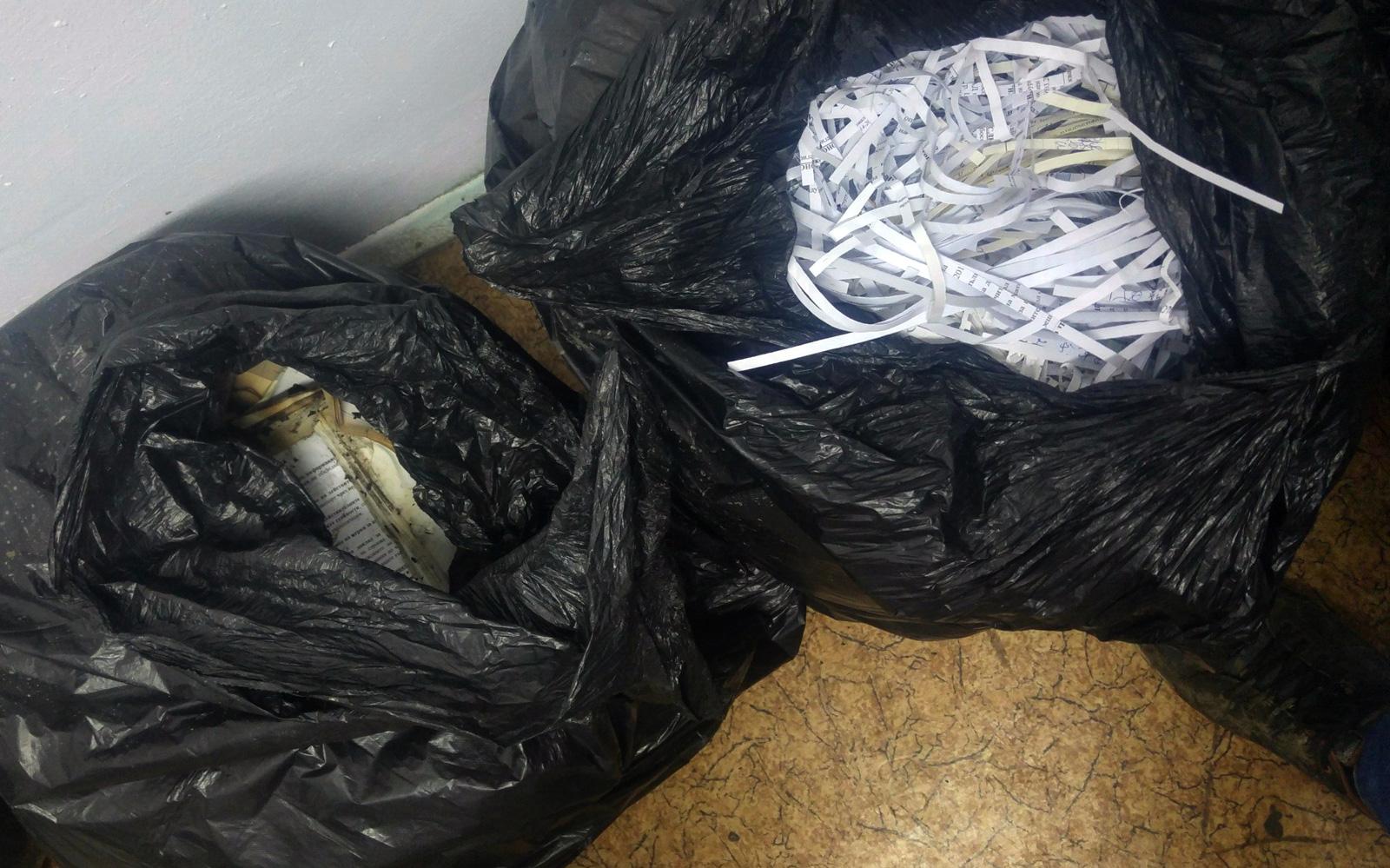 Documentele tocate și cele arse au fost colectate de polițiști și jurnaliști și au fost duse la sediul poliției bulgare.
