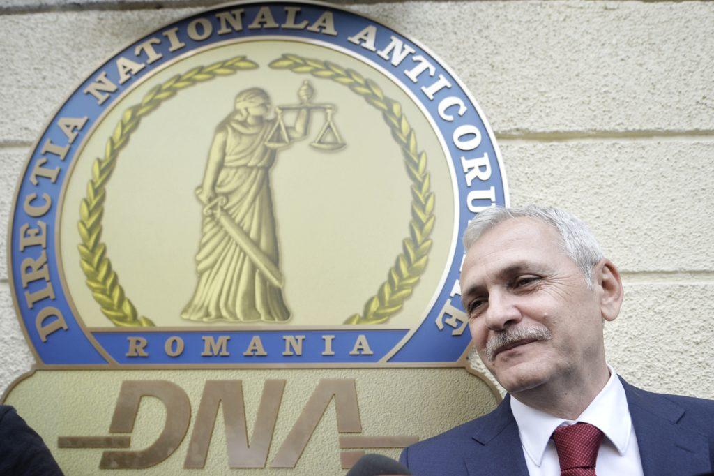 Președintele PSD, Liviu Dragnea, părăsind sediul DNA în aprilie 2018. A fost acuzat că a construit în jurul Tel Drum un grup infracțional organizat care a drenat fondurile publice destinate asfaltărilor. Foto: Andreea Alexandru / Mediafax Foto