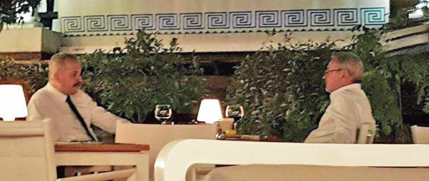 Vasile Dîncu surprins alături de Liviu Dragnea la un restaurant din București în septembrie 2016. Dîncu era la vremea aceea ministru la Dezvoltare, în guvernarea tehnocrată. Foto: EVZ