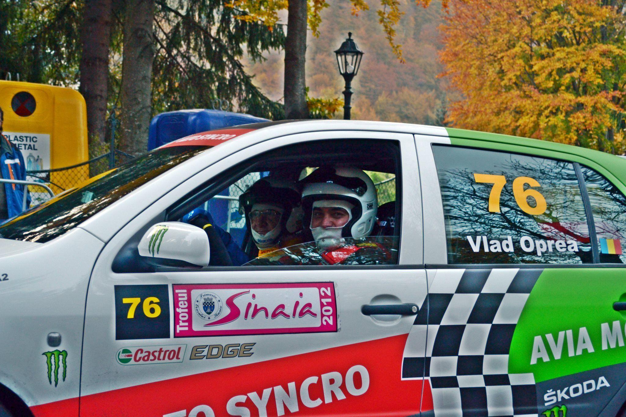 Vlad Oprea (la volan), un primar pasionat de mașini și preocupat de parcări. În vârstă de 50 de ani, Oprea conduce administrația din Sinaia încă din 2004. A fost ales pe listele PNL de patru ori la rând. FOTO: contul de Facebook al primarului, imagine surprinsă la un raliu organizat anual în localitate.