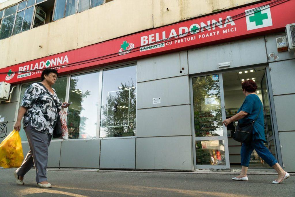 """La această adresă, la distanță de câteva luni, Ministerul Sănătății a autorizat două farmacii, prin excepție de la criteriul demografic, într-un """"centru comercial"""". Localul se găsește la parterul unui parter de bloc de pe Bulevardul Timișoara. FOTO: Sergiu Brega."""
