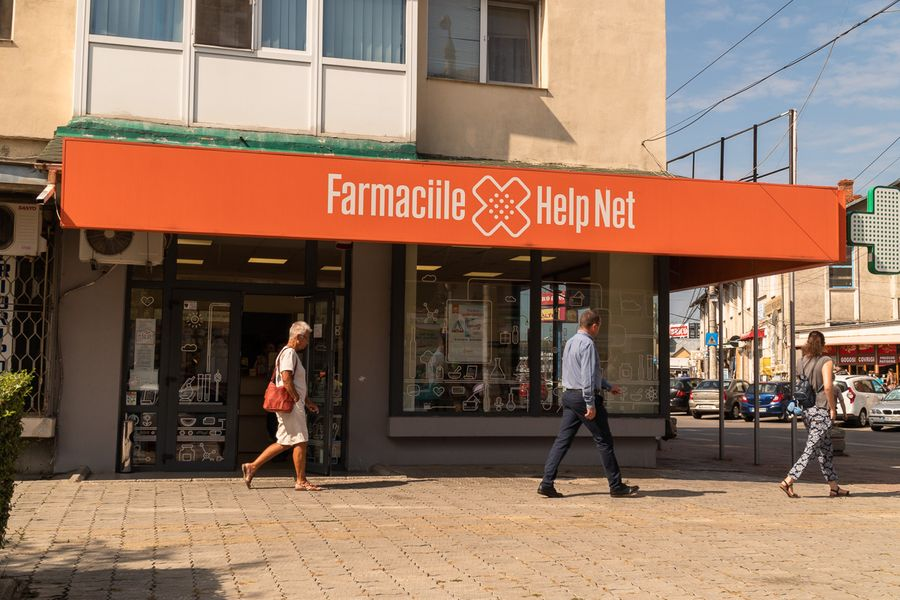 """Tot în aceeași zi a primit dreptul de a funcționa și această farmacie Help Net, înființată prin exact aceeași metodă: declararea unui banal parter de bloc drept """"centru comercial"""". Help Net nu a răspuns la e-mail-ul prin care RISE i-a solicitat un comentariu legat de înființarea acestei farmacii. FOTO: Sergiu Brega."""