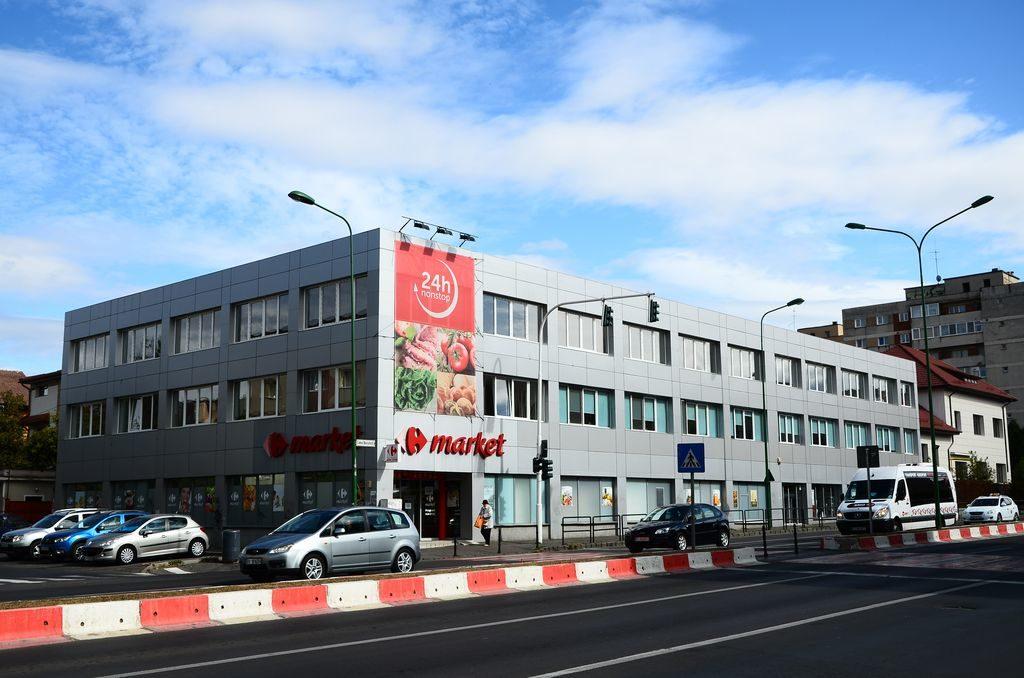 Printre puținele autorizații de funcționare-fantomă anulate de justiție se numără și una acordată unei farmacii Catena, care ar fi trebuit să funcționeze în această clădire de pe Calea București din Brașov. Justiția a anulat mai întâi o adeverință eliberată de primarul Scripcaru, care atesta, în mod fals, că acesta este un centru comercial cu suprafață de vânzare de peste 1.000 de mp și apoi a anulat și autorizația Ministerului Sănătății, semnată, de asemenea, de Cseke Attila. FOTO: RISE Project.