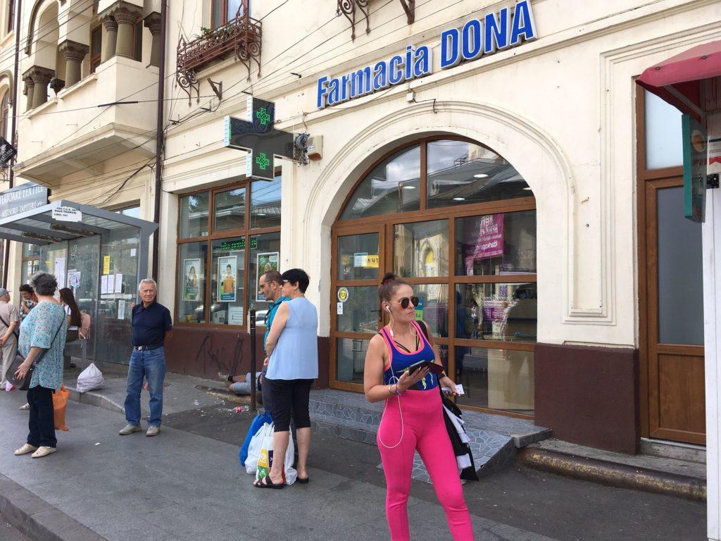 """Farmacia Dona din această fotografie funcționează la parterul unui imobil vechi din Ploiești, dar figurează în evidențele Ministerului Sănătății a fi fost autorizată într-un """"centru comercial"""". Răspunzând întrebărilor RISE, reprezentanții farmaciilor Dona ne-au spus, inițial, că avem informații eronate. După ce le-am comunicat că informațiile noastre provin de pe site-ul Ministerului Sănătății, nu au mai reacționat. FOTO: RISE Project."""