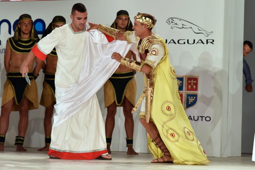 Radu Mazare, costumat în împăratul roman Cezar, și fiul sau, Răducu, în rolul lui Brutus la Carnavalul din Mamaia - 5 iulie 2014. Foto: Cristi Cimpoieș - Mediafax Foto