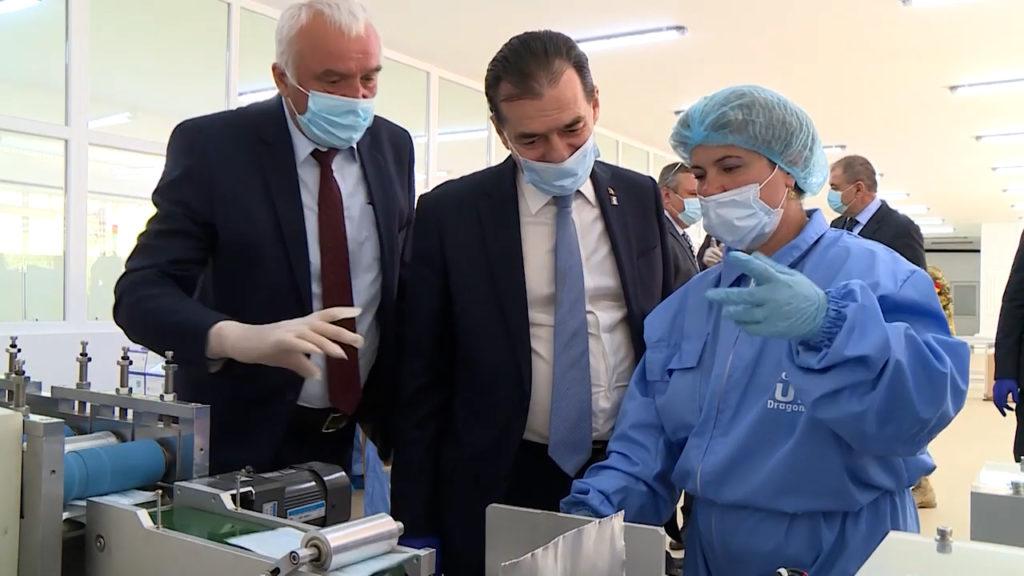 Ludovic Orban în vizită la Uzina de Produse Speciale Dragomirești în 29 aprilie 2020. Cristinel Nicula (stânga) era încă directorul general al fabricii. Sursă: Guvernul României – captură Youtube