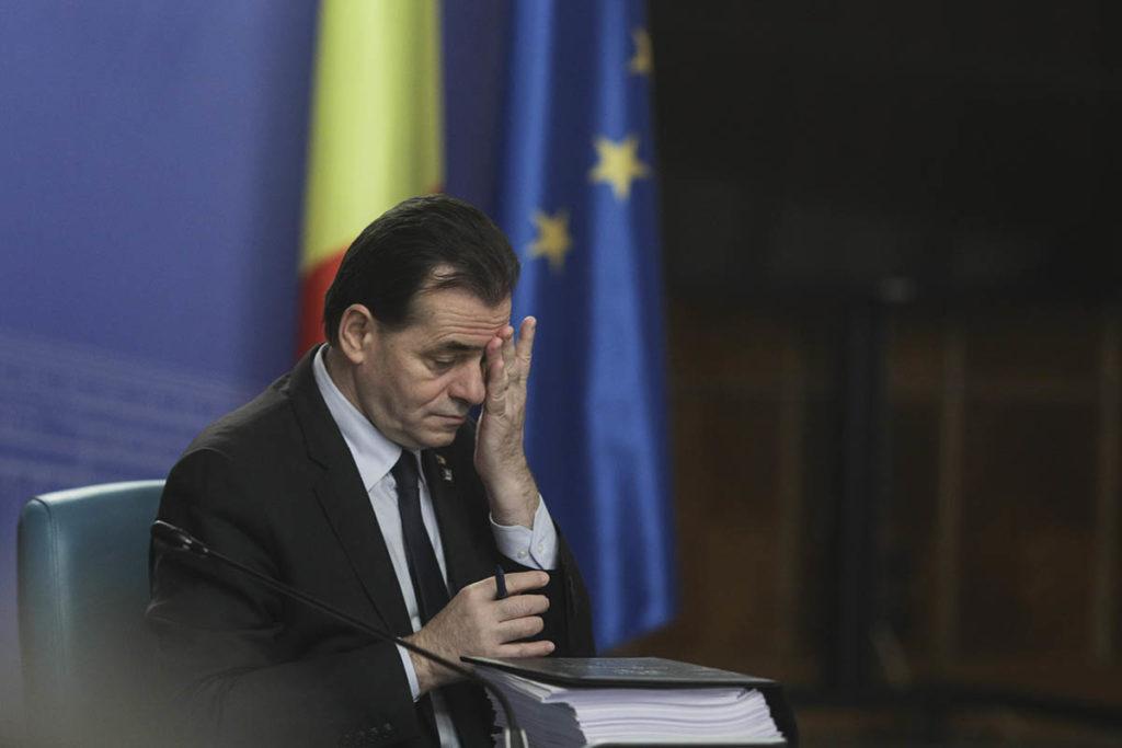 Premierul Ludovic Orban în ședința de guvern de marți, 10 martie 2020, cu câteva zile înainte de declararea stării de urgență împotriva pandemiei. Acum, la un an distanță, Orban, ca șef al Camerei Deputaților, prezidează ședințele în care colegii parlamentari interpelează membrii Guvernului. Inquam Photos / Octav Ganea