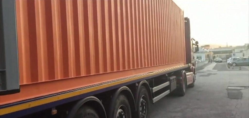Containerul clonă a fost vopsit portocaliu, culoarea etalon a companiei de transport Messina Line. Sursa: Guardia di Finanza
