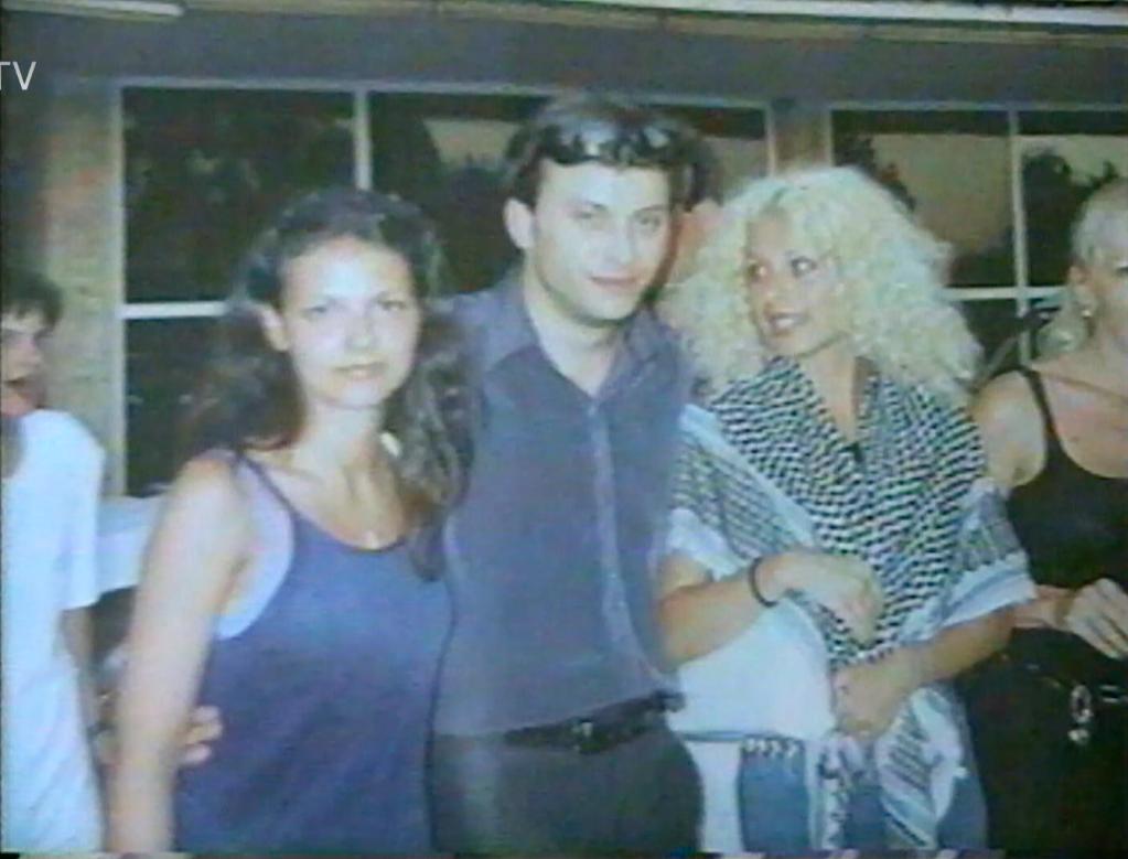 O Lia Olguța Vasilescu, cunoscută în anii 2000 ca Oana Vasilescu (stânga) și Sorin Lazăr, membru PRM, în concediu în Turcia, într-o excursie de partid, cu câteva luni înainte de tentativa de omor. Foto: captură din imagini de arhivă oferite de PRO TV